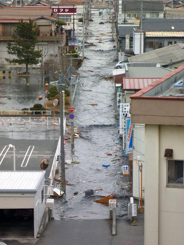 病院に押し寄せる津波