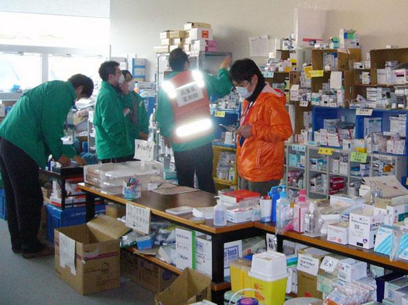 薬品を手配する医療支援チーム(写真:南三陸町)