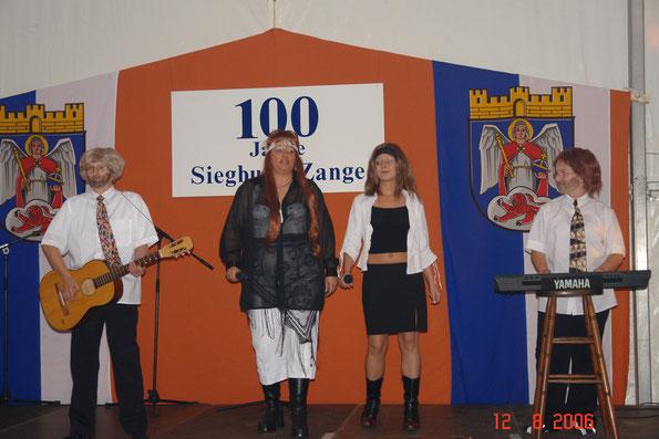 "(v.l.n.r.) Petra Löhr, Iris Liebig, Sahra Liebig und Dennis Liebig als ABBA mit ""Mama Mia"""