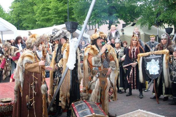 Viele befreundete Vereine, wie hier die 1. Volser-Hunnenhorde, machten König Attila ihre Aufwartung. Foto: Oswald Berwian