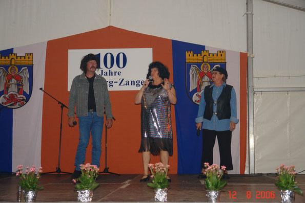 """(v.l.n.r.) Bernd Kurth, Christa Klein und Dorle Weiland als Trude Herr mit Freunden mit """"Niemals geht man so ganz"""""""