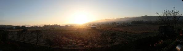 我が家のリビングから見える朝日