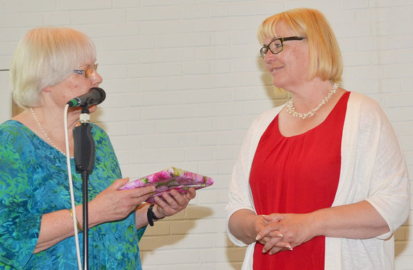 Gemeindeleiterin Christiane Gratenau verabschiedet Marion Schmidt aus dem Dienst