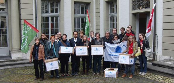 VertreterInnen des breit abgestützten Initiativkomitees bei der Einreichung am 18. Oktober vor der Stadtkanzlei