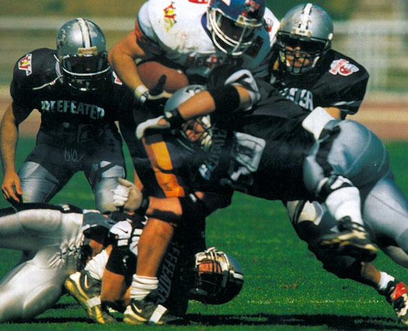 Javier Carrasco #35# placando al Tight End de Villafranca Eagles.