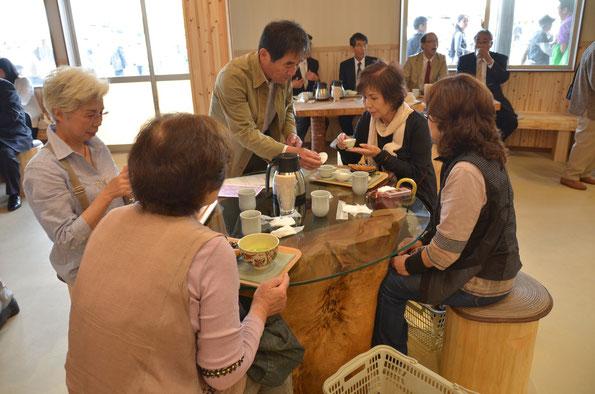 来店者にお茶をサービスする中田さん