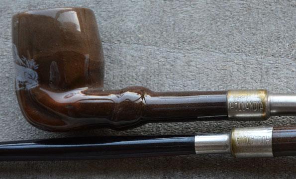 Beide pijpjes hebben de versiering van een hand onder aan de ketel. Op de metalen buisjes van de inzet stelen de tekst HOLLANDIA