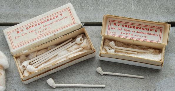 Twee verschillende formaten doosje in gelijksoortige rood-witte uitvoering. Let op het verschil tussen de pijpjes