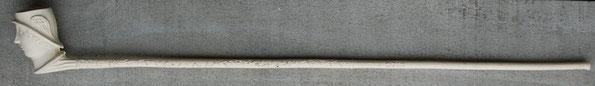 Figurale pijp van M. van Duin (staat ook op steel). Totale lengte ca 51 cm, hoogte kop 6 cm. Van Duin is actief geweest vanaf ca 1885 tot ca 1925