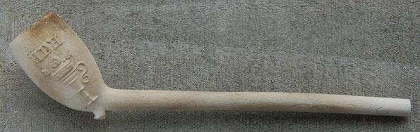 Gekroonde Lampetkan met initialen. Populair motief voor verschillende pijpmakers in met name Schoonhoven tussen ca 1760 en 1800. De initialen HDH op deze pijp worden toegeschreven aan Huibert de Hoog die tussen ca 1760 en 1793 in Schoonhoven werkte.
