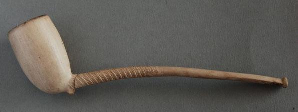 Izabe model met gekroonde 2 in ketel naar roker toegericht. Dit soort modellen werden vooral in de periode 1860-1890 gemaakt
