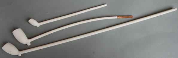 Een drietal pijpen vervaardigd door Moerings