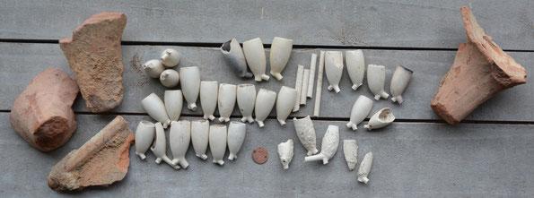 De verschillende modellen, in totaal ca 50~60 koppen en 3 poten en veel fragmenten van pijpenpotten