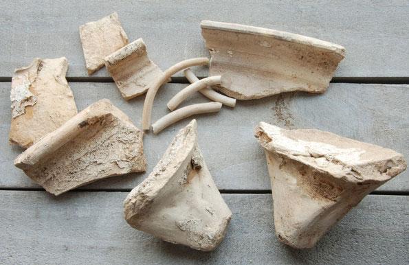 Fragmenten pijpenpot, paar 'vinnen' en fragmenten pijpenringen. Gouda, ca 1690-1720