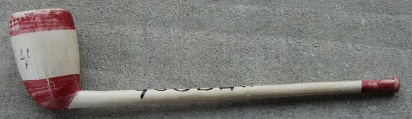 Klassieke Doetel met tekst Gouda en rood wit gelakte kop. Op pijp geschreven '1954' en datum 7-2-54. Waarschijnlijk een schaats souvenir pijpje