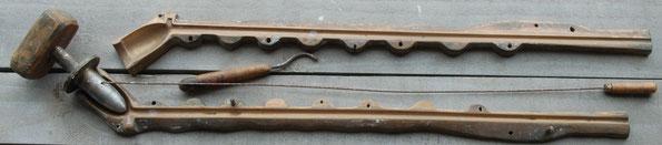 Hele fraaie, meer dan 50 cm lange persmal van de klassieke Gouwenaar, met bijbehorende weijer en stopper. Tevens een stukje gereedschap om de naad op kop en steel glad te strijken