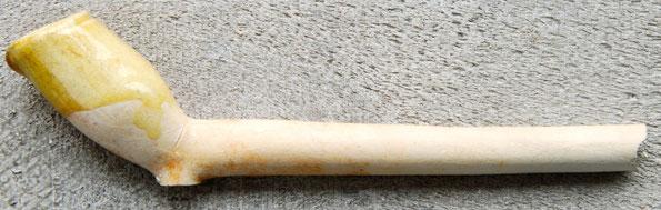 Pijpje met gele glazuur resten op de kop