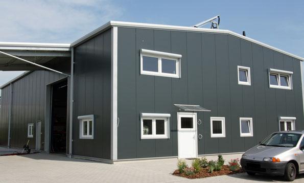 Moderner Hallenbau: Stahlhalle mit CosmoFLEX
