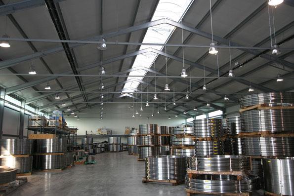 Moderner Hallenbau: Stahlhalle mit CosmoLITE