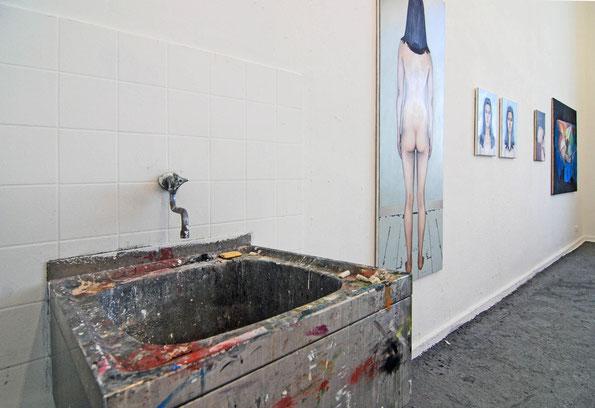 Kunst-Präsentation in einem Klassenraum der Düsseldorfer Kunstakademie