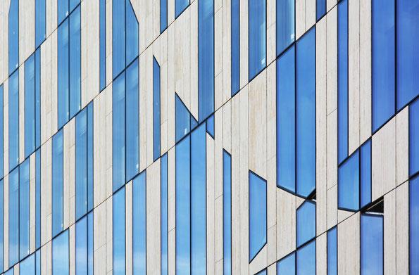 """Architektur-Detail am neuen Düsseldorfer """"Köbogen"""" des Architekten Daniel Libeskind"""