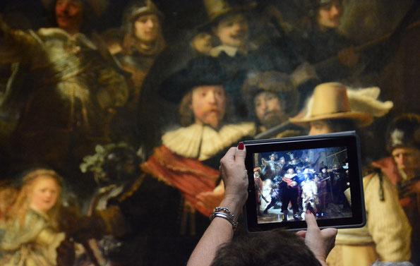 """Es darf fotografiert werden... vor Rembrandt's """"Nachtwache"""" im Rijksmuseum, Amsterdam"""