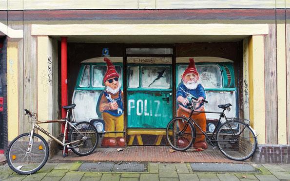 Die Polizei, Dein Freund und Helfer.  (Düsseldorf, Kiefernstraße)