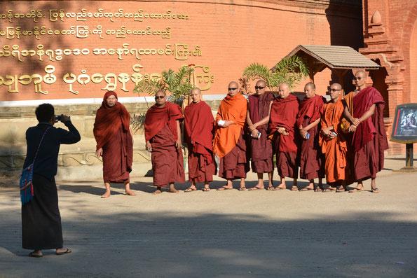 Pilger in der Tempelstadt Bagan in Myanmar