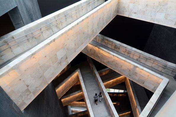 Winnipeg, Museum of Human Rights, Rampenwege führen durch das 6-stöckige Museum