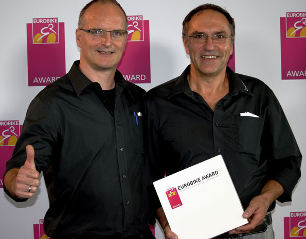 by.schulz Geschäftsführer Markus Schulz (links) und sein Chefdesigner Gerd Brücker freuen sich über den Eurobike Gold Award für den verdrehbaren Vorbau Stem twist SDS. (Foto: by.schulz)