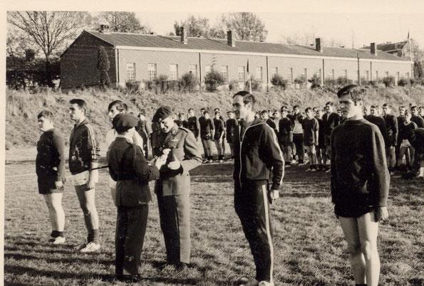 Preisverleihung Sportfest Lt. Col. Detrembleur an Hauptmann Paquay.