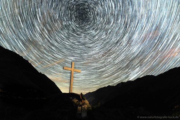 Startrail am Denkmal der Opfer am Mattmarkstausee, 2200m, 110 Aufnahmen, 20mm
