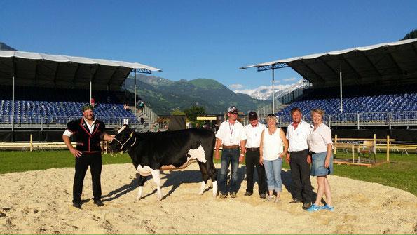 das Rind Samba mit der Spender Familie Zumbrunn, Unterbach