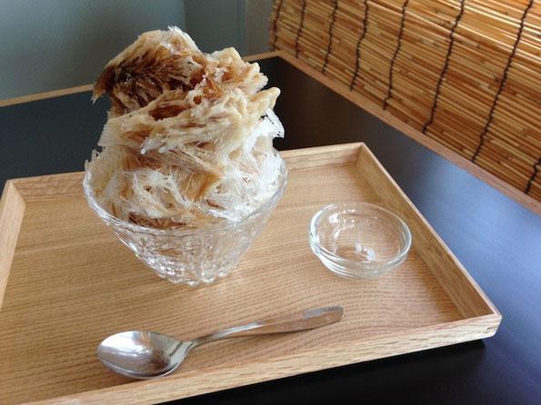 波照間島の黒糖に国産しょうががピリっときいた「黒糖しょうが氷」(ミルクがけ)