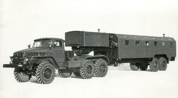 Седельный тягач повышенной проходимости Урал 44202 с активным полуприцепом. Фото архивное