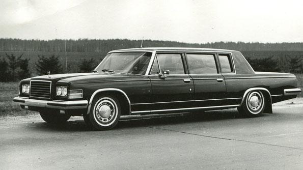 Легковой автомобиль представительского класса ЗИЛ-4104. Фото архивное