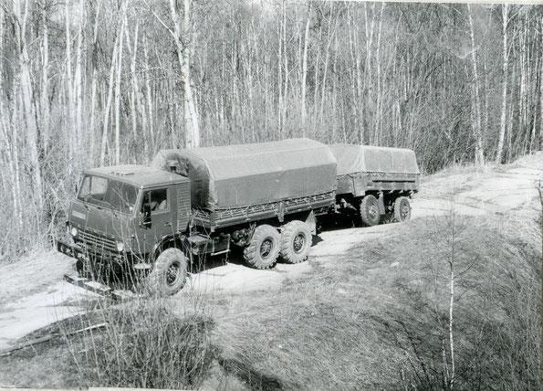 Автомобиль КАМАЗ 4310 с прицепом СМЗ 8333 на дороге со сменным профилем. Фото архивное