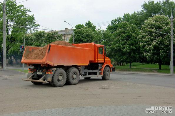 Грузоподъемность МЗКТ-652511 - 20 000 кг. Обратите внимание на различную конфигурацию днища кузова. Минск. 19.05.2010