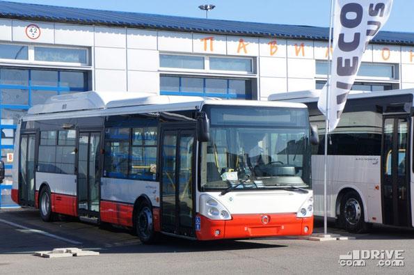 """Компания IVECO в этот раз  представляла технику сразу трех брендов: Irisbus, FenixBus и… белорусский Неман, который удачно пристроился к итальянской экспозиции. Так что победу ООО """"Ивеко Руссия"""" в номинации """"Лучший стенд"""" следует признать заслуженной"""