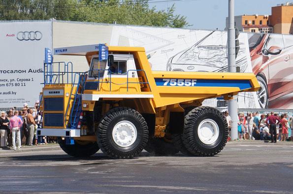 Карьерный самосвал БелАЗ-7555F