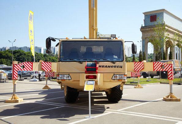 60-тонный автокран КС-69731 Ивановец на шасси БАЗ 690902. Фото - Ивановская марка