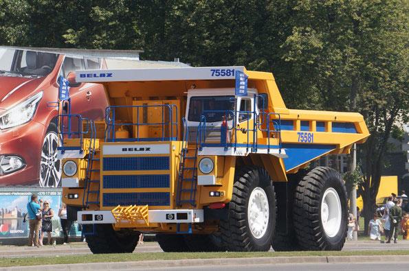 Карьерный самосвал БелАЗ-7558
