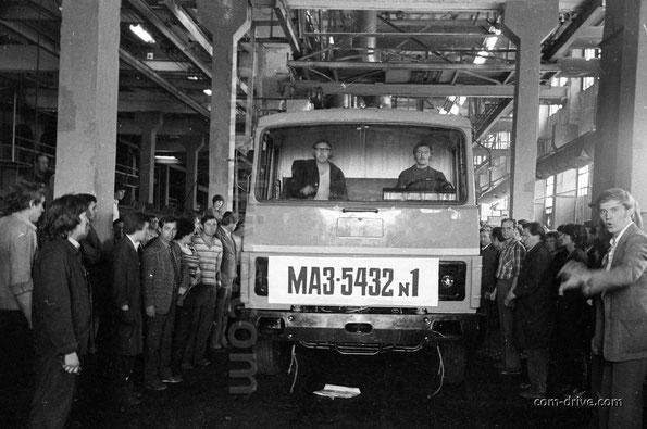 Седельный тягач МАЗ-5432, который первым официально сошел с главного конвейера. Завод МАЗ. Август 1983. Фото Франца Францевича Лютаревича