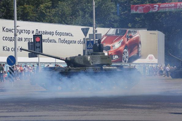 Средний танк Т-44. Дым вокруг от прошедшей ретро-техники
