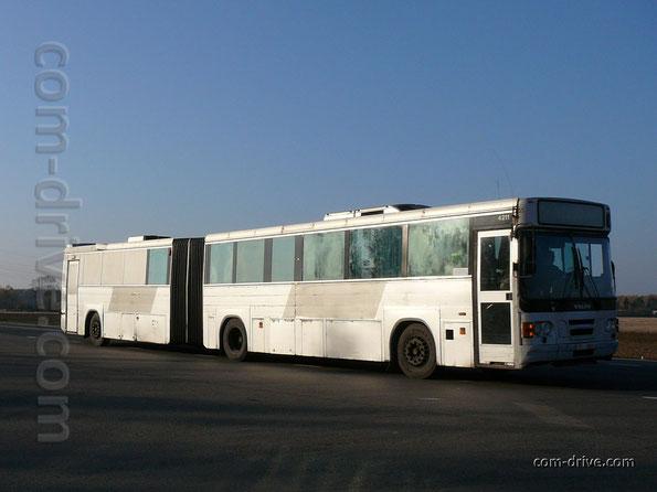 Пригородный сочлененный автобус Saffle system 2000 на шасси Volvo B10MA. Машина переоборудована для чартерных рейсов - в прицепе организован грузовой отсек. Трасса Гродно-Минск. 25/10/2007