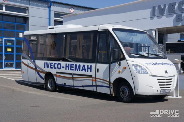 Междугородный автобус Неман 420224-11 с кузовом Cacciamali на шасси IVECO Daily 65C. Габариты – 8040х2340х3000 мм. Машина предлагается в двух модификациях: «межгород» за 2 850 000 руб. и «турист» за 3 225 000 руб.