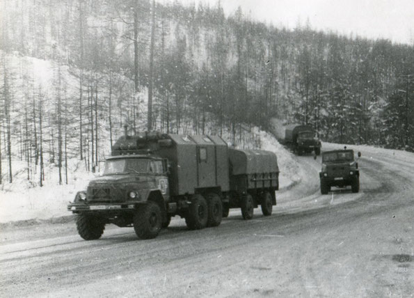 Колонна автомобилей с прицепами семейства 2-ПН-2,5 на дорогах I категории. Фото архивное