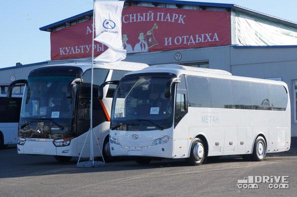 Компанию King Long, в это раз представляли российские дилеры в лице ТД «Кинг Лонг Рус» и «Евразия». Основной упор в этом году был сделан на газовую тематику – все три экспонировавшихся на стенде автобуса были оснащены двигателями работающими на метане