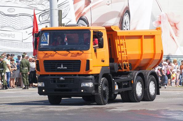 Самосвал МАЗ-6501B5 с U-образным кузовом. Такая платформа занимает примерно 40% от выпуска самосвалов