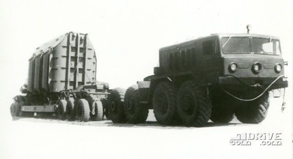 Прицеп-тяжеловоз ЧМЗАП 5530 с тягачом МАЗ 537. Фото архивное